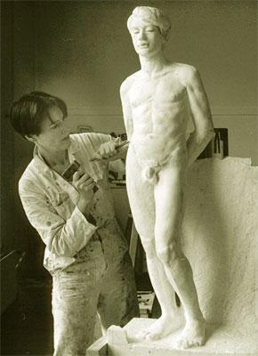 Margriet aan het werk in haar sculptuuratelier